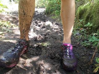 Pieds de randonneuse, boue, chaussures de course Salomon