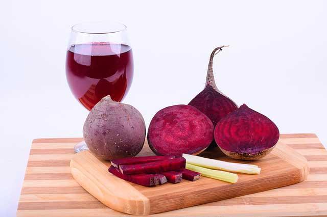 تضمين عصير البنجر في نظامك الغذائي.