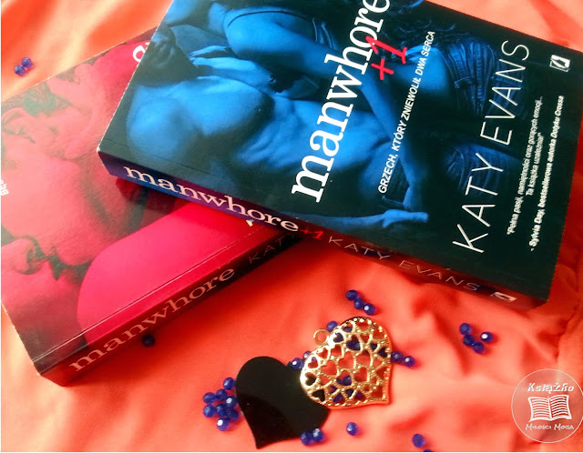 Dwie książki, różowa książka, niebieska książka, Manwhore autorstwa Katy Evans, Serce złote, sere czarne, erotyk, ksiązki lepsze od greya, erotyki, książka o miłości ,miłość w książkach, niebieskie kulki na zdjęciu, Sylbia Day rekomenduje tę książkę, ksiażka, romans erotyczny, podobne do Greya, ksiażka najlepsza na wieczór, ksiażka, manwhore, Wvans, Katy, Katy Evans, Książka gorąca jak lato, atmosfera gęsta od namiętności, namiętność, seks,