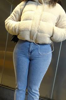 Curvilínea mujer pantalon apretado