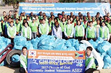 Limpeza ambiental em torno do parque Joe Slovo na Cidade do Cabo, Rep. da África do Sul
