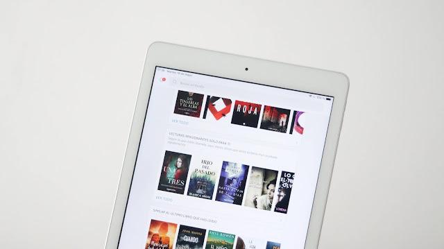 Ipad con la aplicación de Kindle abierta. Aparecen varios títulos de libros