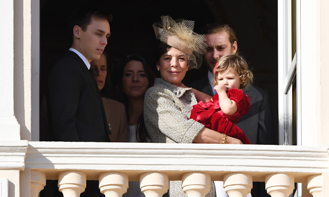 Carolina de Mónaco en el balcón con su nieta en brazos.