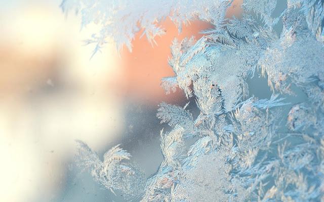 Bevroren raam met ijs op het raam