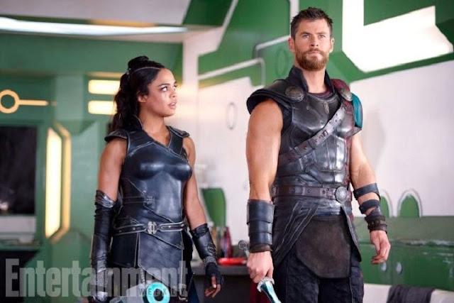 Tessa Thompson y Chris Hemsworth en Thor: Ragnarok