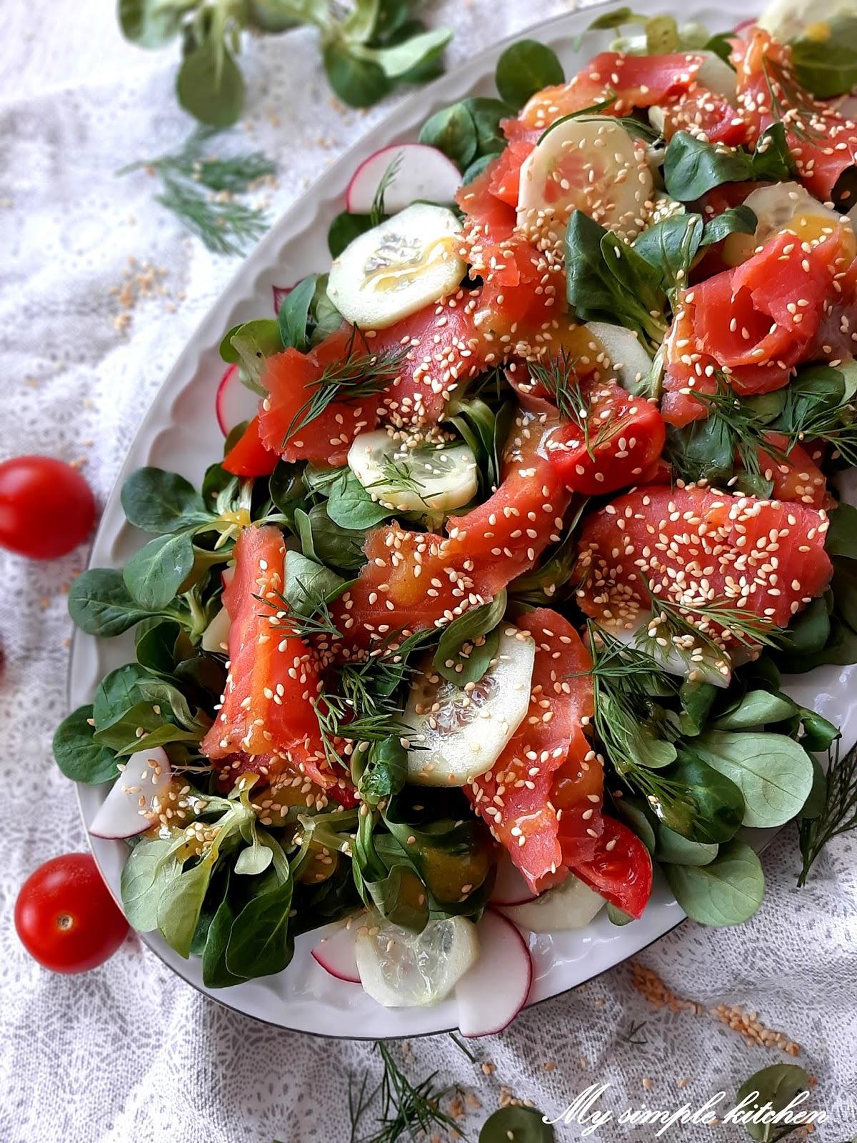 Wiosenna sałatka z pstrągiem tęczowym, roszponką i sezamem