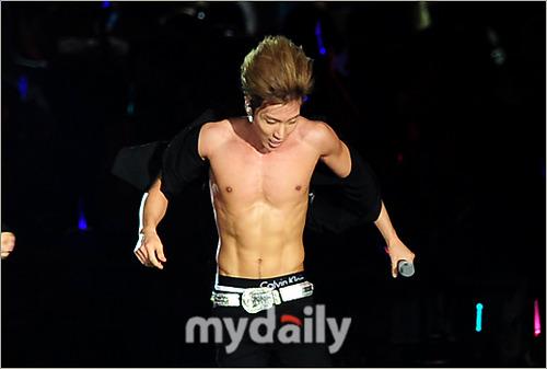 Koreana.com: Leeteuk Super Junior Telanjang Dada Dalam