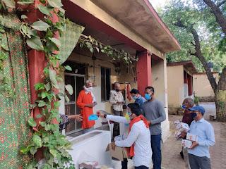 राष्ट्रीय हिंदू सेना ने वृद्ध आश्रम मे बांटे मास्क, सैनेटाईजर, भाप लेने की मशीन ओर लहसुन का तेल