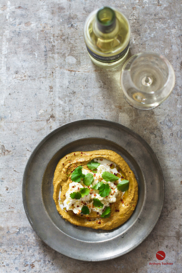 """Der erste Gang in meinem levantinischen Ostermenü in vier Gängen mit den passenden Weinen: Pikant-rauchiger Hummus mit Karotten und der afrikanischen Gewürzmischung """"Chakalaka"""". Obenauf fließt eine cremig zerrupfte Burrata ins köstliche Hummus, garniert mit frischem Koriandergrün #hummus #ottolenghi #levante #rezept #thermomix #selbermachen #orient #afrikanisch #käse #koriander #geräuchert #smoked #ostern #menü #weintip #weißwein #trocken"""