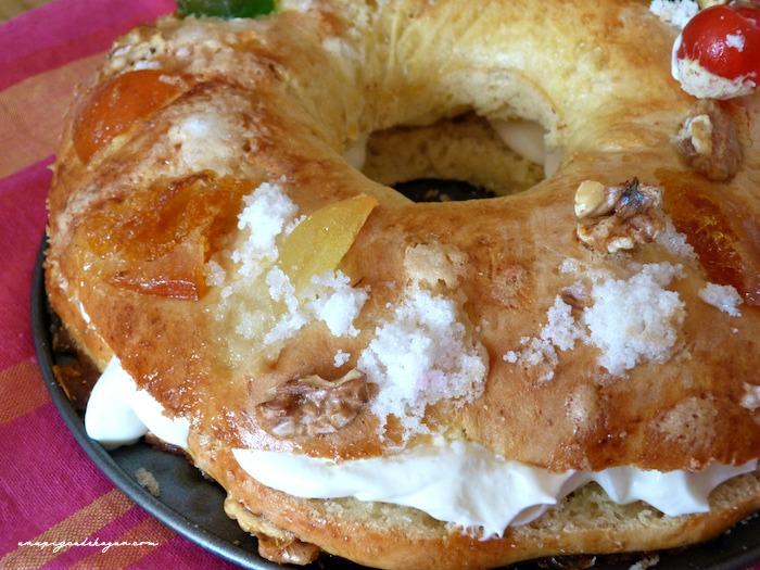 roscón de reyes relleno de nata (crema de leche)