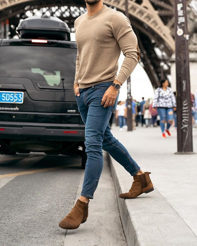 Round neck sweat shirt and jeans.