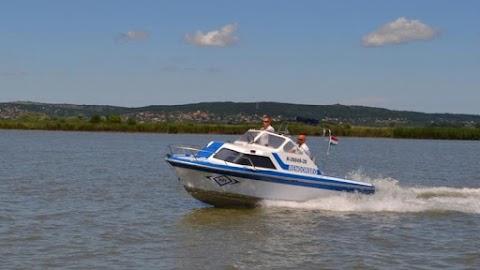 Bajba jutott hajósokat mentettek ki a Velencei-tóból
