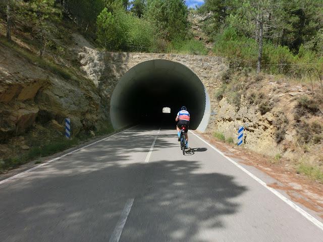 túnel entre las provincias de castellón y teruel en la carretera que une vistabella con puertomingalvo