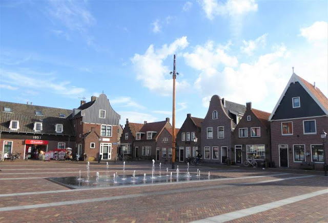 fontana nella piazza principale di Volendam
