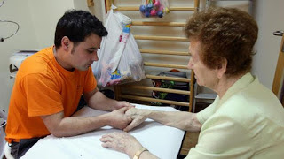 Enferma de Parkinson es tratada por un hombre