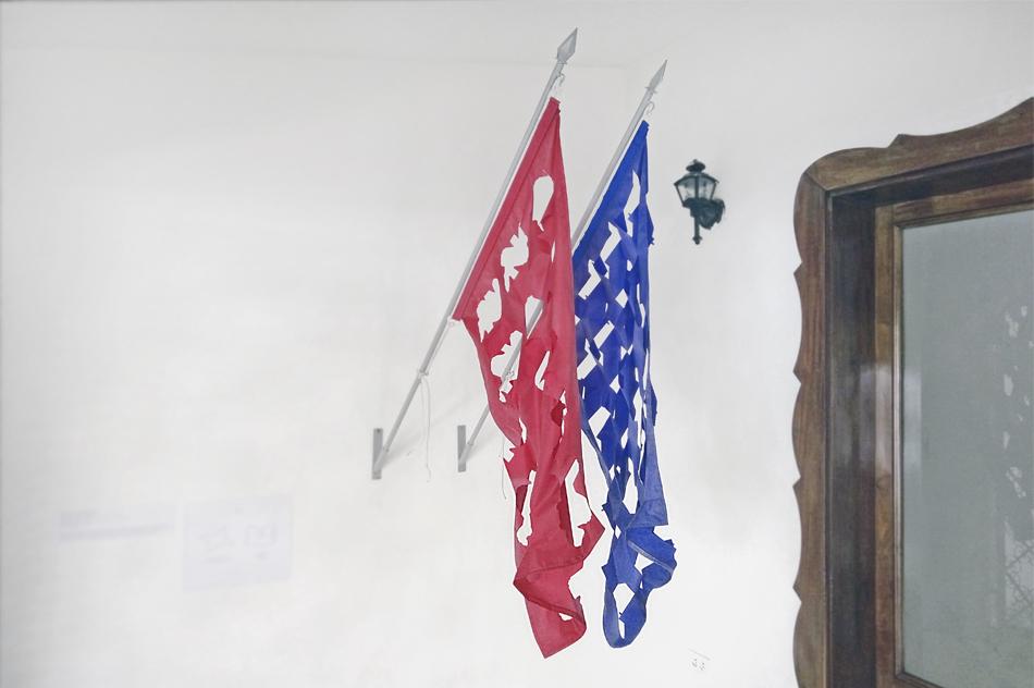 Fotografía de las banderas en la galería Cerquone