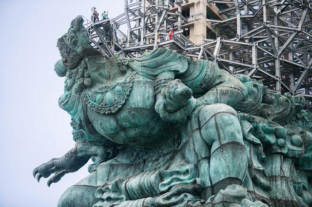 Скульптура індуїстського бога Вішну верхи на міфічному птахові Гаруда має стати найбільшою в світі статуєю