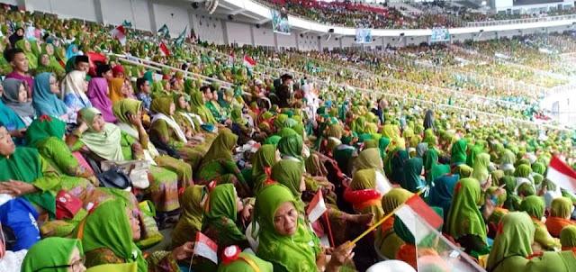 Ratusan Ribu Ibu-ibu Muslimat NU Doa Bersama di Stadion GBK Jakarta, tak Ada Orasi Caci Maki