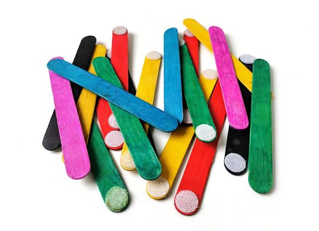 na zdjęciu kolorowe patyczki leżące luzem na stole