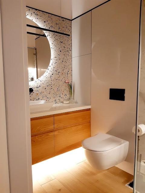 gres terrazzo hika; meble na wymiar; szafka podwieszana z szufladami podświetlana; toaleta podwieszana bezkołnierzowa; gres drewnopodobny
