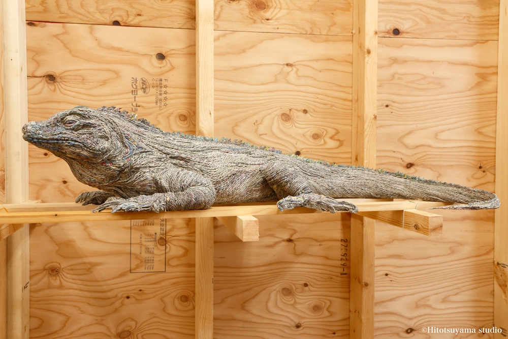 03-Comodo-Dragon-Hitotsuyama-Studio-Chie-Hitotsuyama-Upcycling-Paper-to-make-Animal-Sculptures-www-designstack-co