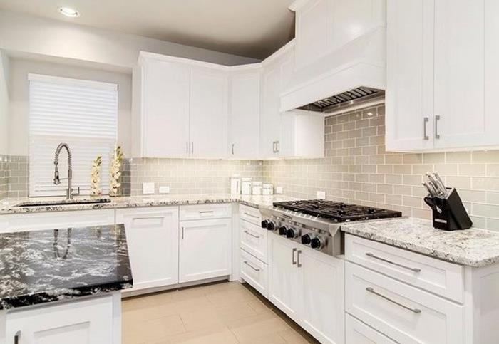 beyaz kapaklı ahşap mutfak dolap modelleri
