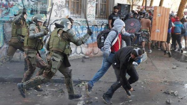 Presentan querella contra carabineros tras golpiza a joven chileno