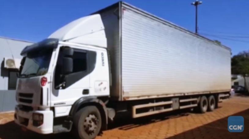 Transportadora é flagrada usando dois caminhões com a mesma placa