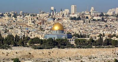 "Sejarah Yerusalem     Yerusalem (bahasa Ibrani: Yerushalayim, bahasa Arab: Urshalim-Al-Quds atau hanya القدس Al-Quds saja adalah kota di Timur Tengah yang merupakan kota suci bagi agama Islam, Kristen dan Yahudi. Kota ini diklaim sebagai ibukota Israel, meskipun tidak diakui secara internasional, maupun bagian dari Palestina. Secara de facto kota ini dikuasai oleh Israel. Para elit Israel menganggap kota suci ini adalah bagian dari negaranya dan itu adalah bentuk ideologi ""Zionisme"". Dari semua negara yang memiliki hubungan diplomatik dengan Israel, hanya Kosta Rika dan El Salvador saja yang menempatkan kedutaan mereka di Yerusalem. Lainnya di Tel Aviv, karena menurut PBB, Yerusalem akan dijadikan Kota Internasional. Oleh orang-orang Palestina, Yerusalem juga dianggap sebagai ibu kota Palestina. Kota historis Yerusalem adalah sebuah warisan dunia yang dilindungi oleh UNESCO mulai tahun 1981. Kota ini memiliki penduduk sebesar 724.000 jiwa dan luas 123 km2. Sepanjang sejarahnya, Yerusalem telah dihancurkan dua kali, dikepung 23 kali, diserang 52 kali, dan dikuasai/dikuasai ulang 44 kali.  Sejarah   Sejarah Yerusalem dapat dibagi menjadi lima tahap; Zaman Kuno, Zaman Pemerintahan Kekaisaran Romawi, Zaman Islam, Zaman Mandat Britania, dan Zaman Pendudukan Israel.  Zaman Silam   Yerusalem mulai menjadi tumpuan setelah Nabi Daud menguasai Yerusalem dari masyarakat yang bernama Yebusit. Nabi Daud kemudian diri"