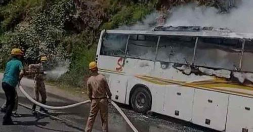हिमाचल: मंदिर के पास सड़क किनारे खड़ी वोल्वो बस में अचानक भड़क उठी आग, साथ लगते जंगल को भी नुक्सान