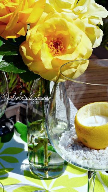 Statt einer Vase, stehen die Blumen in einer Flasche