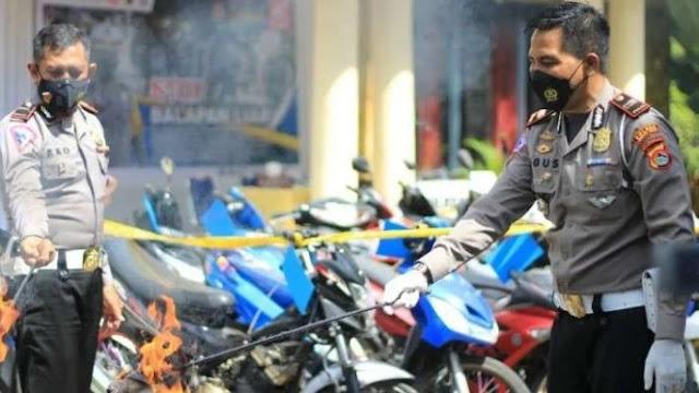 Polisi Bakar Sepeda Motor Bodong karena Sering Dipakai Balap Liar