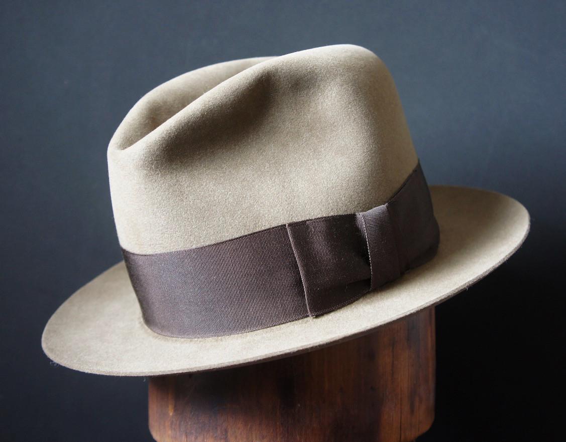 fcd0eb8e3f842 Hoy la cuidad sigue agradeciendo los sombreros más atemporales acompañando  al traje y a los abrigos más atemporales. Pero no peor quedan en ausencia  de ...