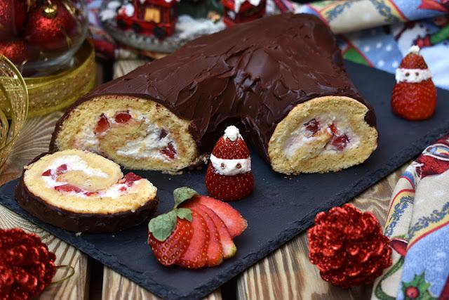 Brazo de gitano relleno de nata y fresas y cubierto de chocolate