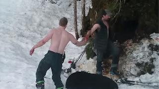 Πατέρας και γιός σκότωσαν αρκούδα και αρκουδάκια σε χειμερία νάρκη και το πανηγύρισαν