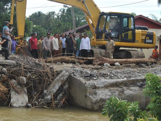 Muzakir Manaf Lihat Infrastruktur yang Rusak Pasca Banjir di Abdya