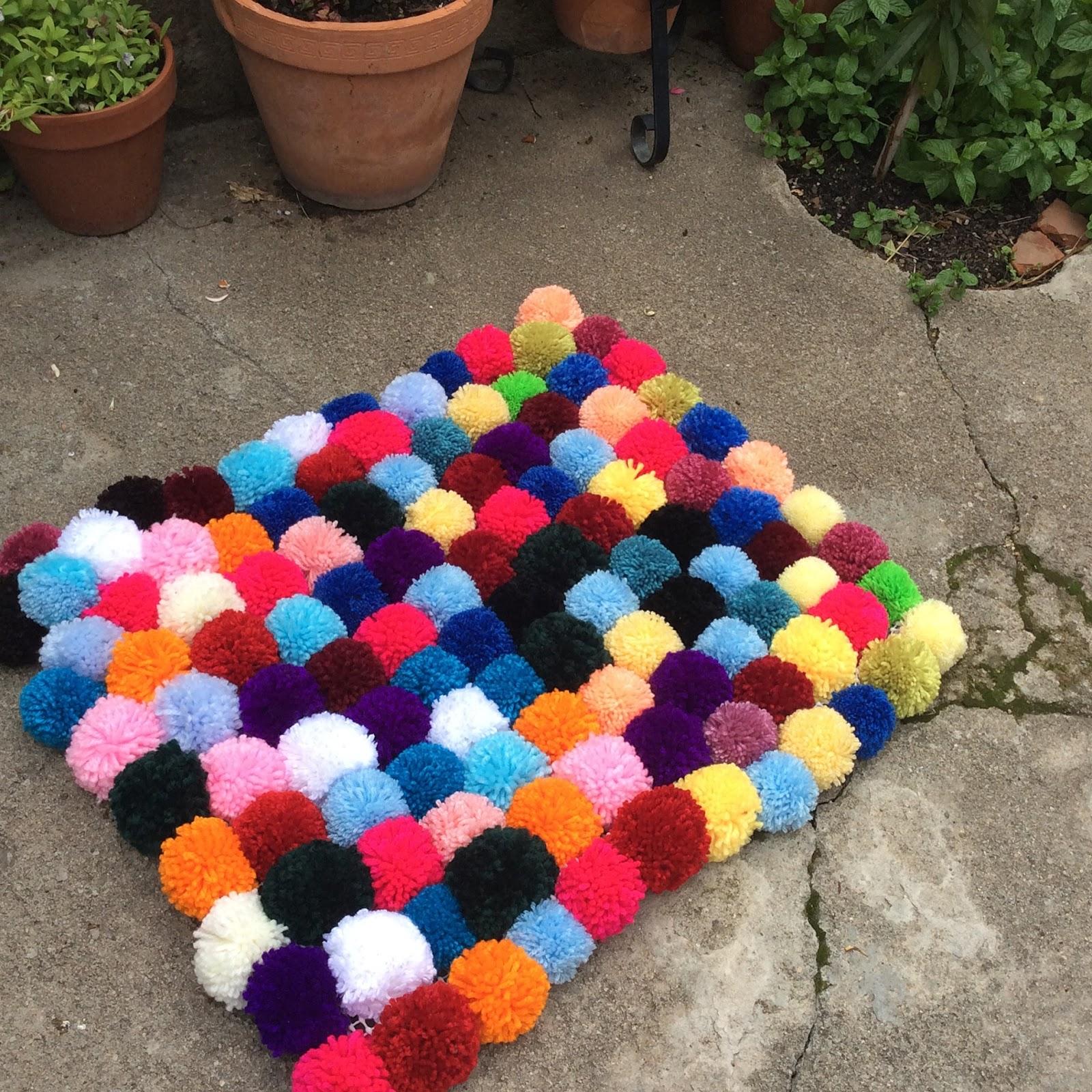 Manualizando alfombra de pompones for Como hacer alfombras a mano
