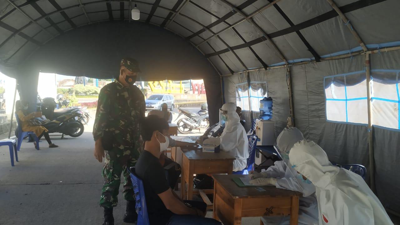 Memasuki libur panjang pada minggu ini, Personel Kodim 0410/KBL bersama satgas Covid-19, bersiaga di Pos Pengamanan Terpadu Covid-19 yang ada di pintu perbatasan Kota Bandar Lampung
