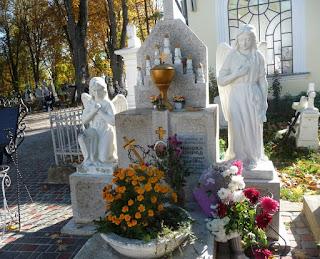 Страдч. Могила блаженного Миколи Конрада та пам'ятник йому
