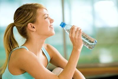 Mẹo chữa viêm đau họng bằng cách uống nhiều nước