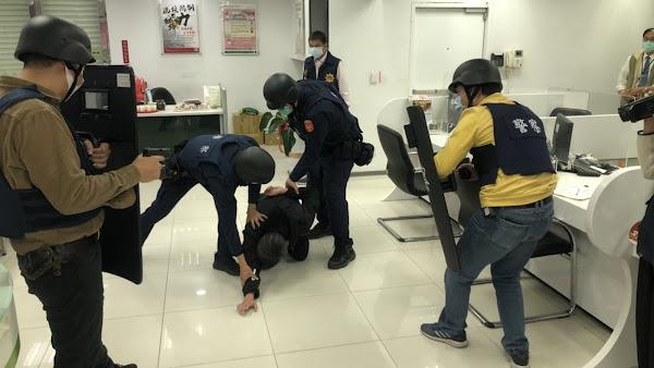 北斗分局強化金融機構安全 警民合作防搶演練