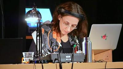 Licht, Technik, Wasserflasche und Gläser, Dolmetscherin