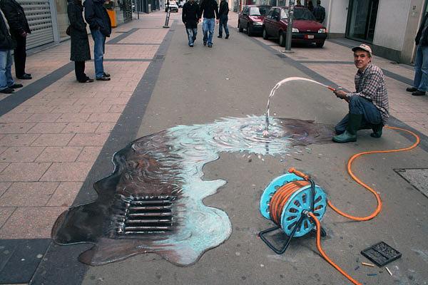 Yıkanan ve suyu mazgala akan ıslak bir kaldırımı gösteren kaldırım sanatı resmi