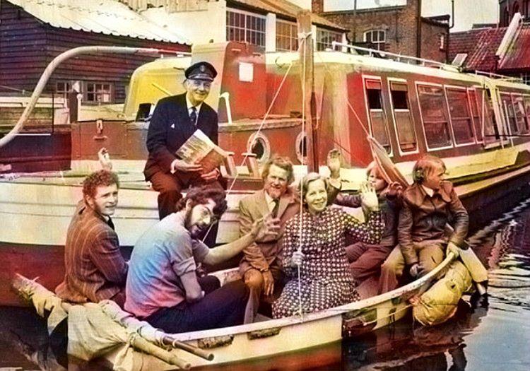 Dougal Robertson tüm ailesiyle birlikte kurtuldukları filikada gazetecilere poz veriyor.