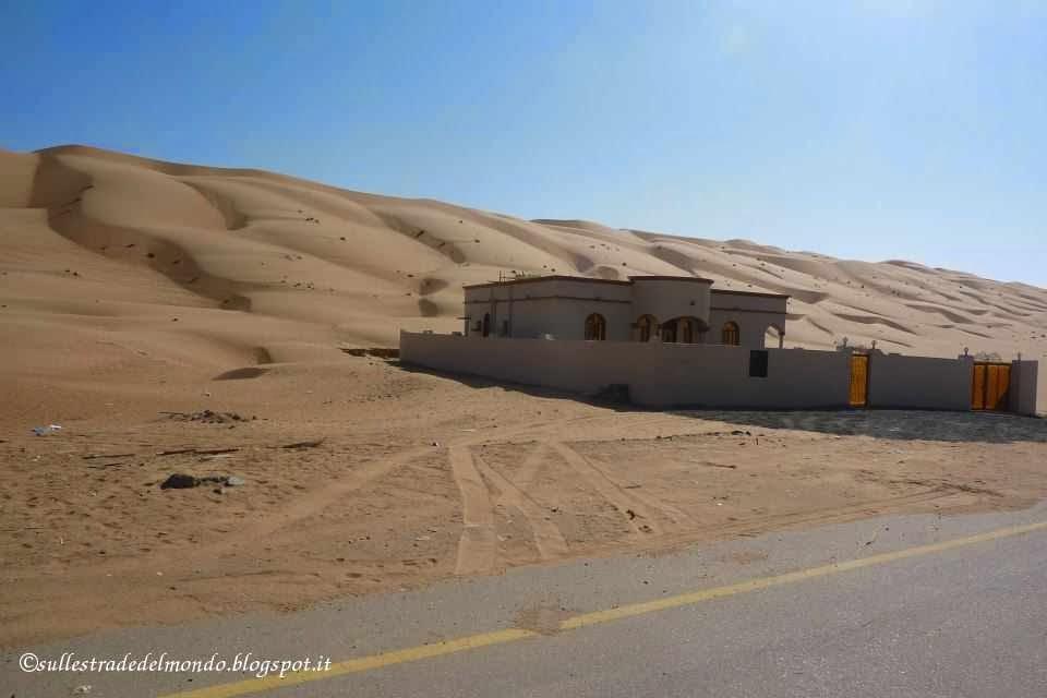 L'asfalto pian piano lascia posto alla sabbia