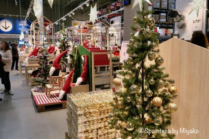 スペインのイケアのクリスマスグッズが並ぶ展示スペース
