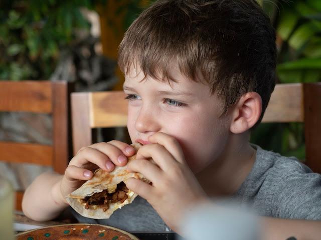 Niño comiendo tacos