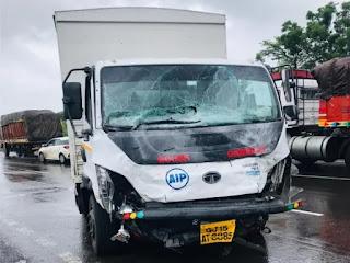 हाइवे पर कार का चालक नियंत्रण खो बैठा, डिवाइडर कूद गया और गलत साइड में टेंपो से टकरा गया, ड्राइवर की मौत हो गई, कार अहमदाबादी की थी। - Vapi Media News