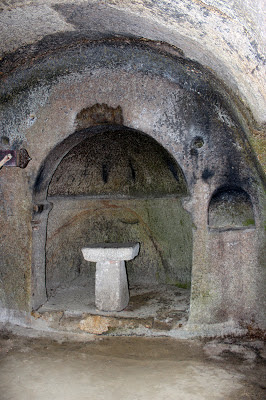 Capillas excavadas en la roca en el monasterio más antiguo de Galicia y uno de los pocos monasterios de España excavado en una roca, monasterio de San Pedro de Roca en la Ribera Sacra