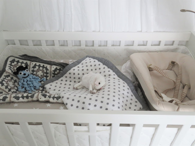 Sänkyä ei ole vielä pedattu täysin valmiiksi